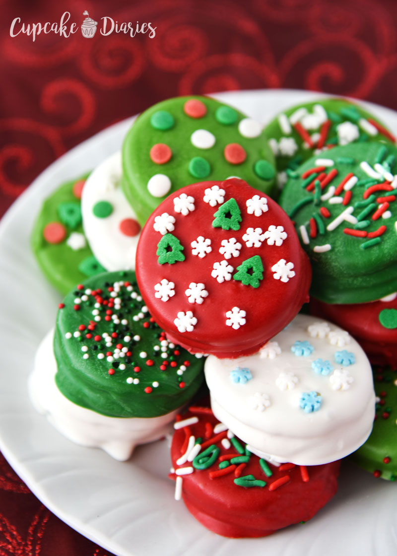 It's so easy to dip Oreo cookies! These guys are perfect for Christmas neighbor treat plates.