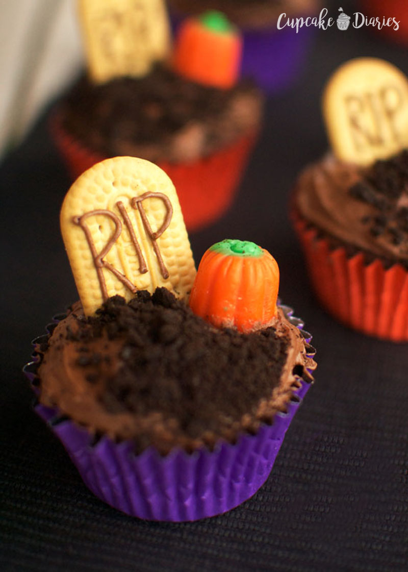 Graveyard Cupcakes are great for a Halloween party! They're so fun to make and a good way to get the kids involved in the kitchen.