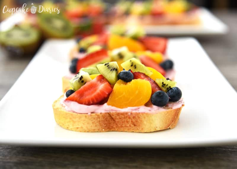 Fruit Bruschetta - A perfectly easy snack idea for spring and summer! So colorful and delicious.
