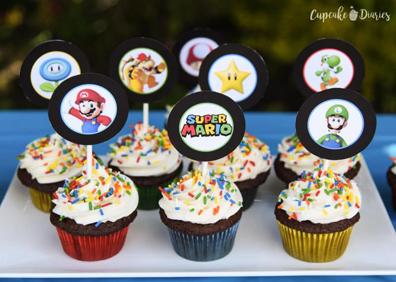 Super Mario Bros. cupcakes are so easy to make and you can download the printable toppers right here for free! The perfect dessert for a birthday party.