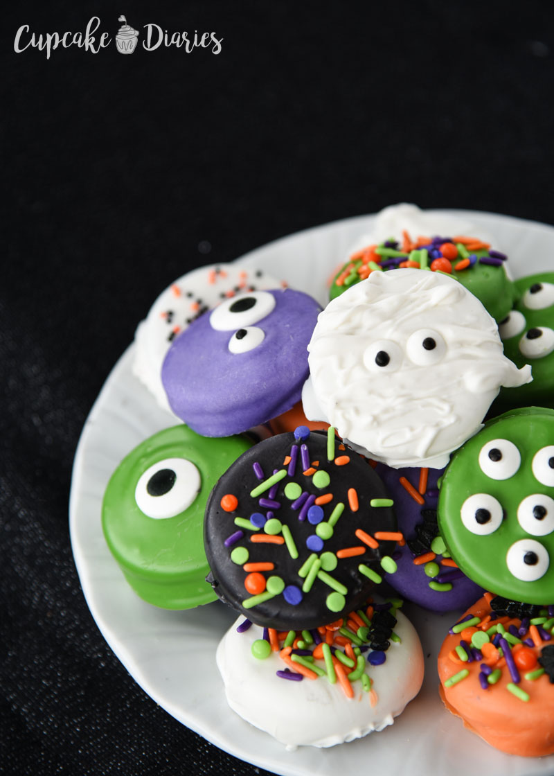 Halloween colors are just the best! Especially when they involve dipped Oreos.