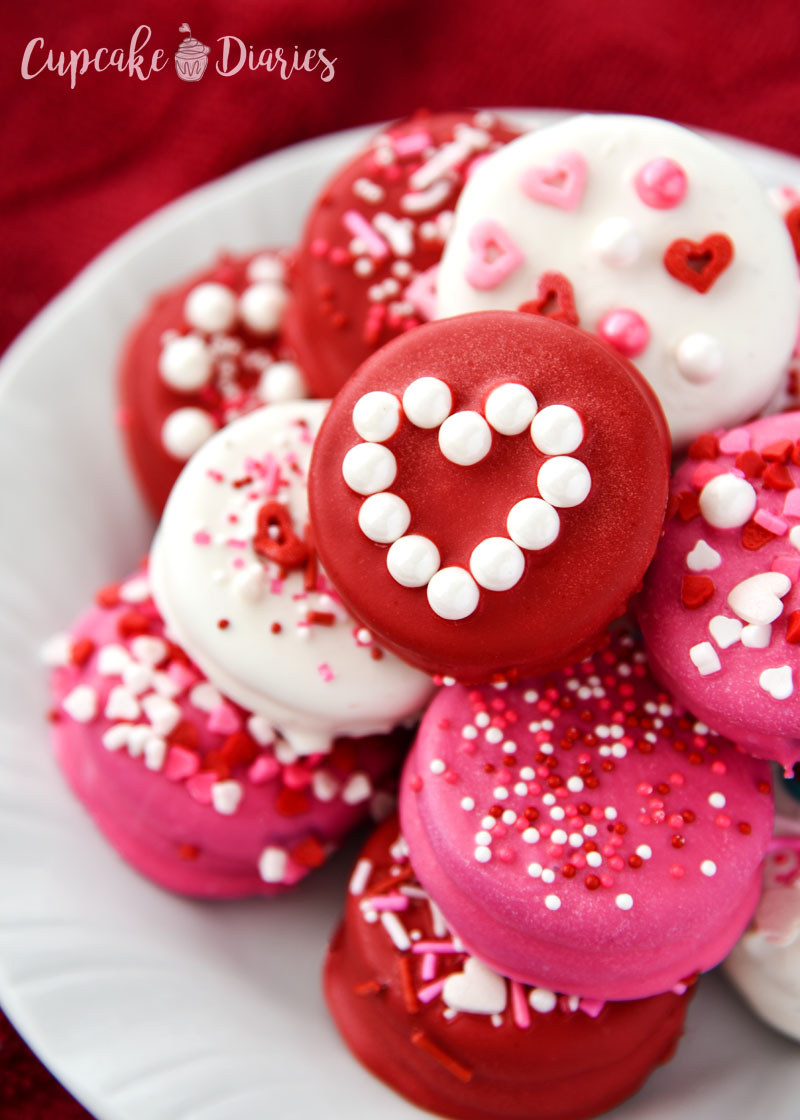 Valentine's Day Dipped Oreos - Easy to make and the perfect treat to give to loved ones this Valentine's Day!