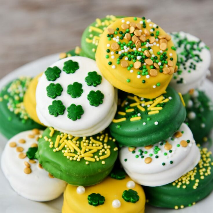 St. Patrick's Day Oreos dipped in candy melts never looked so cute! You can make these festive, colorful, and fun no-bake treats in just minutes.