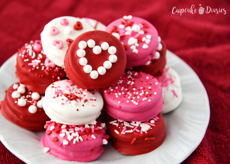 Valentine's Day is all about sweet treats for loved ones! Dipped Oreos are perfect for packaging up as gifts.