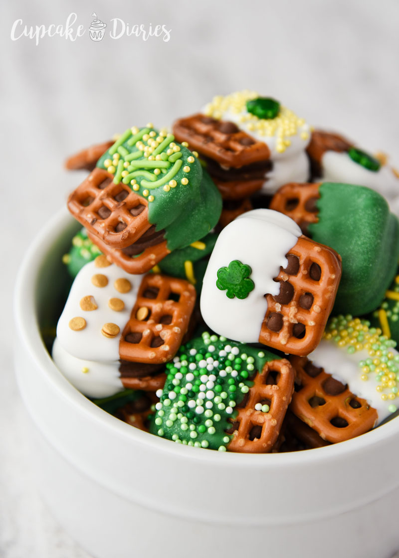 Pretzels, chocolate, caramel...St. Patrick's Day Caramel Pretzel Bites are so yummy, festive, and easy to make!