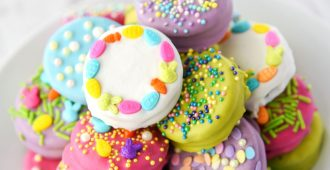 Easter Oreos dipped and decorated! These cookies are so easy to prepare and require two ingredients, plus decorations. Great for a family gathering!