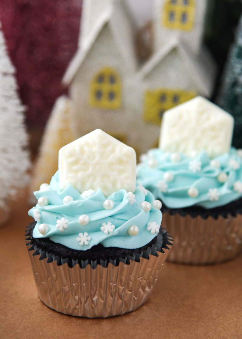 Perfect blue and white cupcakes for a Frozen birthday party!