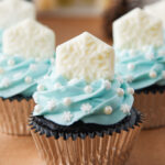 Beautiful snowflake cupcakes for a Frozen birthday party!